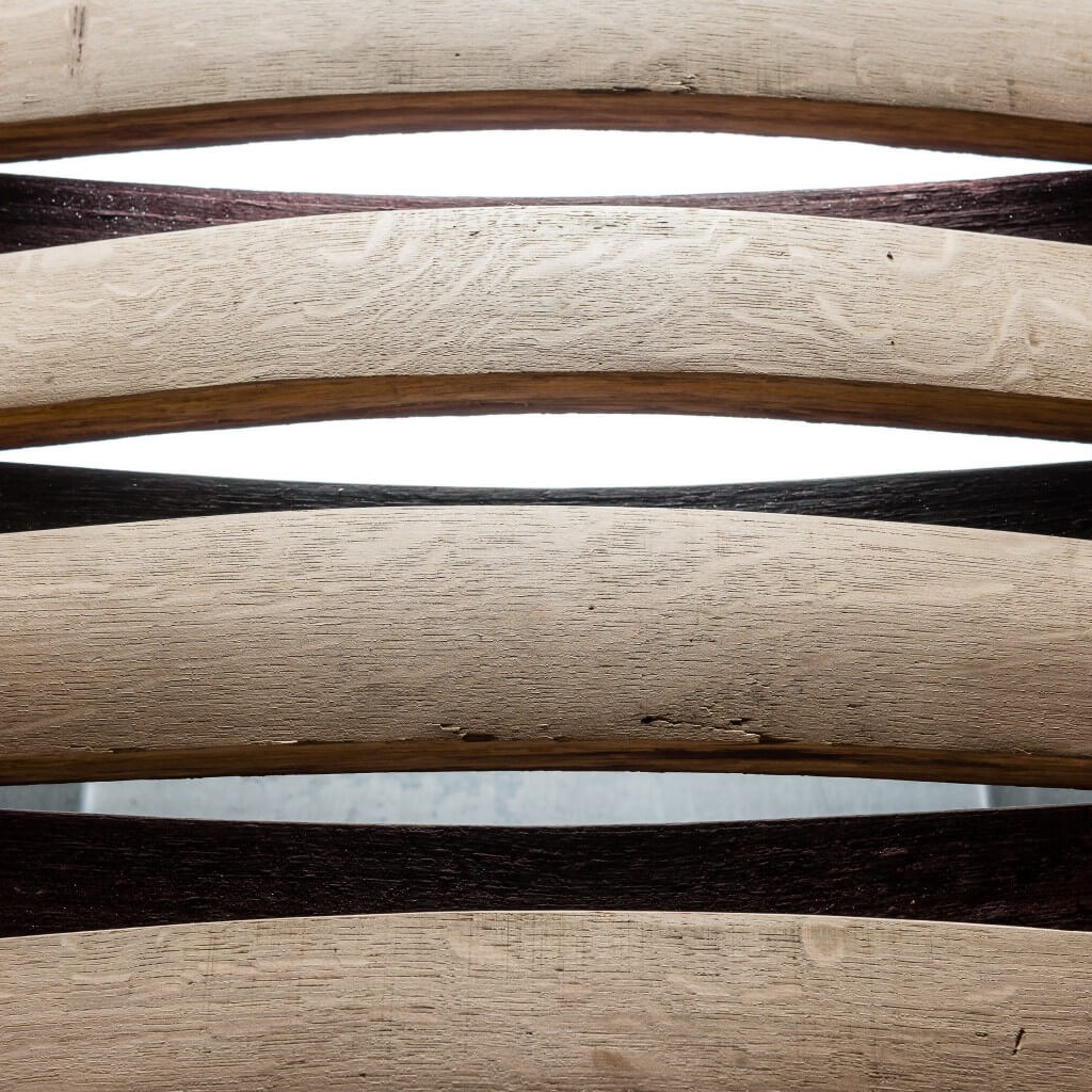<p>Base in ferro e piano formato da cristallo e assi speculari che nella parte interna sono caratterizzate da una nuance violacea e brillante ereditata dal vino. Il termine Barrique indica le preziose botti che contengono il vino, fatte di legno pregiato in grado arricchire la bevanda con il proprio aroma. Dentro queste botti il vino [&hellip;]</p>